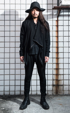 時尚穿搭:黑綿垂墜拉鍊大板神秘過客