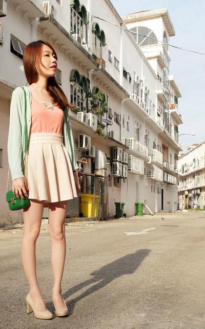 適合個性甜美、春夏正裝、粉色镂花腰、冰淇淋薄荷粉色项链、伞裙+裸色高跟鞋的穿搭