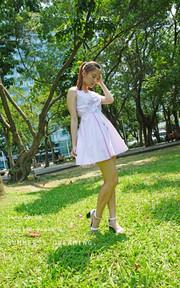羅東LALANA 粉絲直條紋洋裝的時尚穿搭