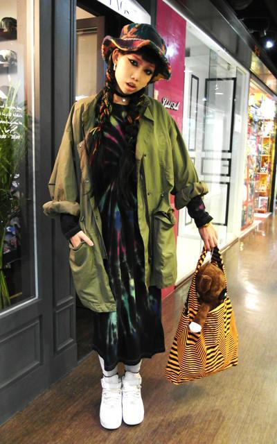 適合日本街頭、下午茶 約會 逛街 購物 看電影、漁夫帽、風衣外套、渲染長裙、購物袋、SABAYON、MUSHROOM魔菇、GAGA的穿搭