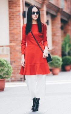 時尚穿搭:woman in red