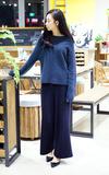 無品牌 微一字領藏藍毛衣的時尚穿搭