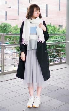 時尚穿搭:灰紗裙 x 白鞋