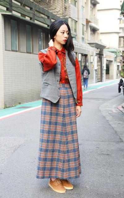 適合VINTAGE、古著、散步、隨意、格紋毛呢裙、燈芯絨襯衫、牛皮綁帶休閒鞋、裊裊百貨公司的穿搭