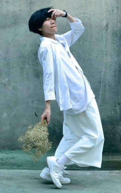 適合俐落簡約、素雅 俐落 中性 風格、白色系、任何你想去的地方、純淨感、襯衫、寬褲、橫圖、NET的穿搭