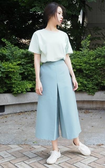 適合薄荷綠、輕鬆簡單、質感、輕時尚、極簡隨性、前開岔造型寬褲、木易木易的穿搭