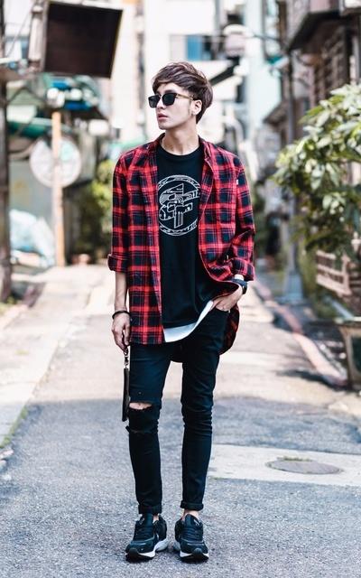 適合時尚潮流、紅格紋、搖滾暗黑、上衣、紅格紋襯衫、頸掛包、黑色破壞褲、運動鞋、熱血FEVER、BEST、韓國AKIII的穿搭