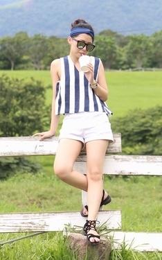 時尚穿搭:藍白運動少女