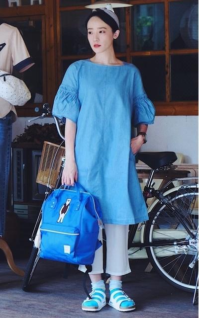 適合PHOEBE STYLE、花苞袖單寧洋裝、寶藍熊刺繡後背包、扭扭棉質拼色髮帶、HELLO PHOEBE的穿搭