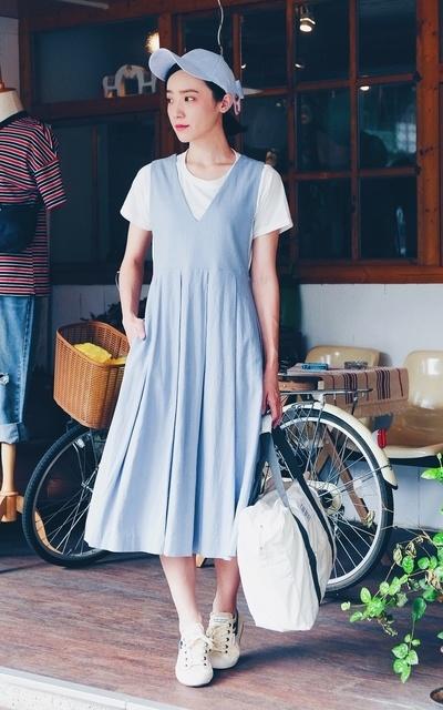 適合PHOEBE STYLE、灰藍棉麻背心裙、麂皮手工蝴蝶結棒球帽、帆布鞋、HELLO PHOEBE、MARZENIE培養皿、SUPERGA的穿搭
