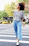 時尚穿搭:條紋上衣和丹寧寬褲