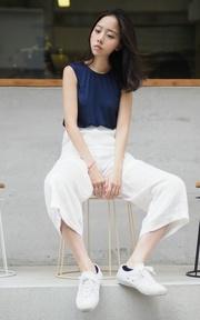 YANG 微光絲質長褲 與 經典白鞋的穿搭