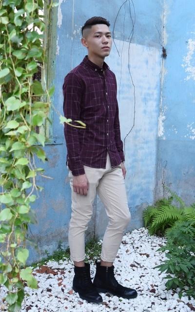 適合襯衫、個性、休閒、自信、一杯不醉 酒色格紋襯衫、含蓄內斂  米色休閒長褲、綁帶拉鍊式個性長靴、TM時間男人的穿搭