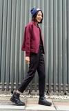 無品牌 麻花毛帽、豬肝紅棒球外套、直條紋休閒褲、尖頭皮靴的時尚穿搭