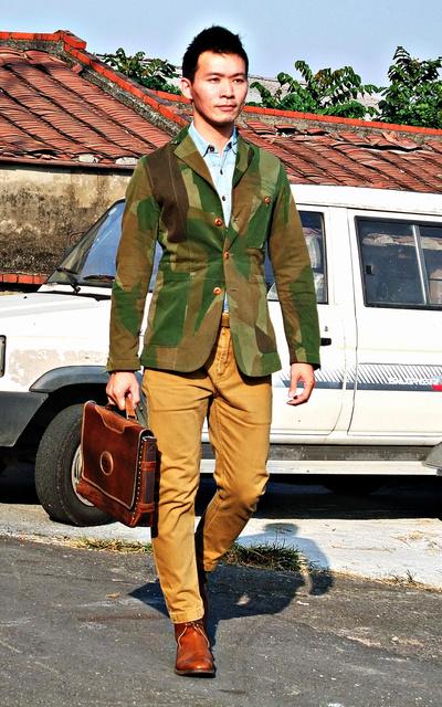 適合迷彩獵裝外套、皮革手提包、靴子、皮帶、NIGEL CABOURN、MARLBORO CLASSICS、SANDERS、RALPH LAUREN的穿搭