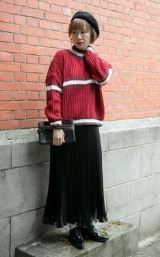 時尚穿搭:黑色百褶裙X紅色毛衣