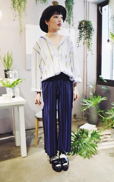 適合歐美休閒、簡約時尚、韓國簡約、日系混搭、日系休閒、直條紋襯衫、直條紋緞面寬褲、銀蔥襪、U_SELECT的穿搭