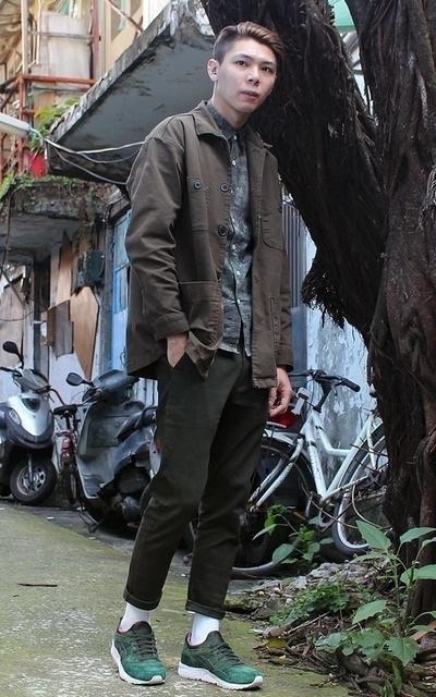 適合休閒、休閒生活、日系休閒、OUTDOOR、軍裝襯衫、渲染襯衫、軍綠休閒褲的穿搭