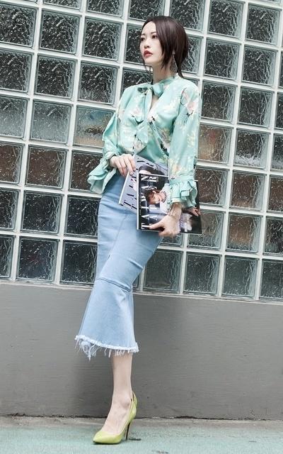 適合韓系簡約風、湖水綠碎花襯衫、高腰魚尾牛仔裙、湖水綠印花襯衫、X.D.的穿搭
