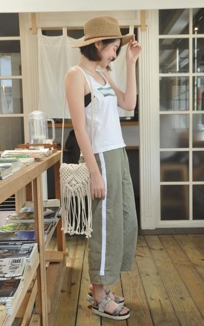 適合甜美、休閒、日式、清爽、側邊撞色織帶反摺褲、編織流蘇草帽、QUEEN SHOP的穿搭