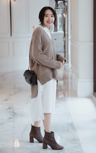 適合個性休閒、裸色簡約、針織、慵懶隨興、V領毛衣、白襯衫、包包、SWAG、BEARA BEARA的穿搭