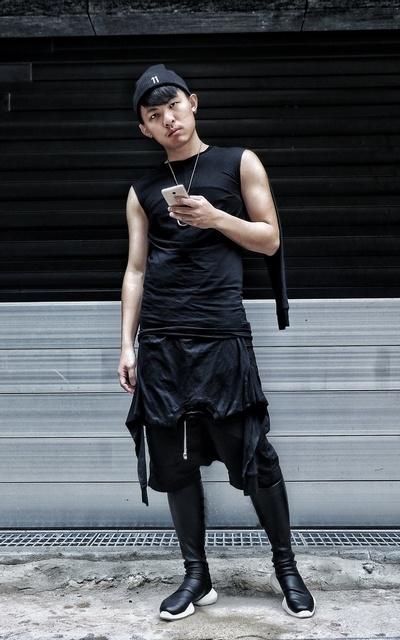 適合暗黑系、全黑系、全黑、特殊剪裁、剪裁、毛帽、短褲、球鞋、11 BY BORIS BIDJAN SABERI、RICK OWENS的穿搭