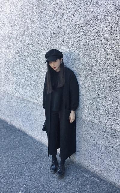 適合DR. MARTENS、ALL BLACK、黑色系、暗黑系、報童帽、落肩針織毛衣、毛呢報童帽、長版針織外套、VAC的穿搭