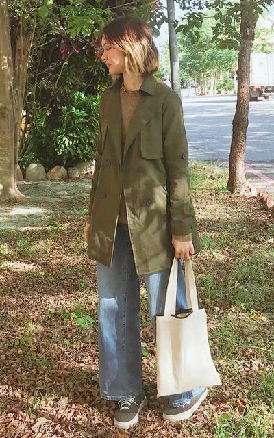 適合墨綠色、牛仔寬褲、VANS、帆布袋、日常穿搭的穿搭