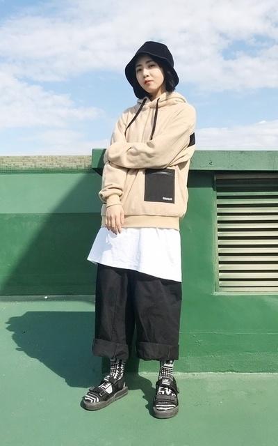 適合中性風格、長襪配涼鞋、毛面帽踢、造型長襪、CHUSE、STANCE的穿搭