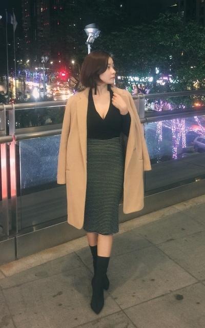 適合長版大衣、窄裙、襪靴、短髮、短髮LOOK的穿搭