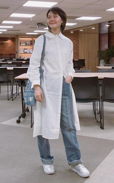 適合白襯衫、白領、白色、牛仔寬褲、古著元素混搭的穿搭
