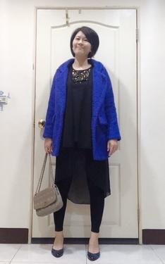 時尚穿搭:華麗亮藍大衣+黑亮片長上衣+內搭黑長褲