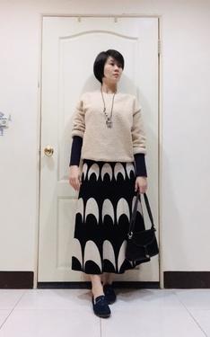 時尚穿搭:卡其上衣+紫內搭長袖+黑白針織裙+深藍樂福鞋