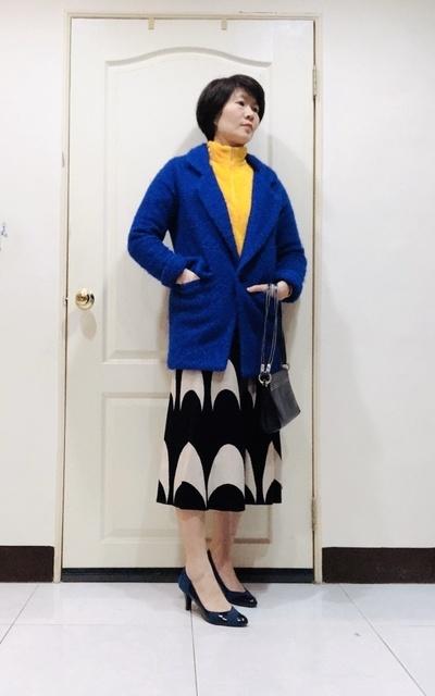 適合時尚這條路、亮藍、黃色系、長裙的穿搭