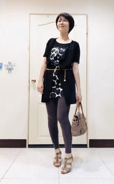 時尚穿搭:黑白長上衣+金鍊