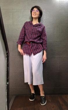 時尚穿搭:紅細格襯衫+淡藍寬褲+黑鞋