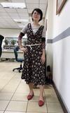 時尚穿搭:花連身長裙+拼接袖子上衣+紅尖頭平底鞋