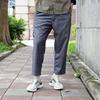 錐形九分褲型。 手感舒適的西裝斜紋布料。 無腰頭剪裁加上腰部打摺,整體自然垂墜。 微成熟的材質配上鬆身與九分剪裁,亦莊亦諧的設計提案,打造更多元的搭配可能性。