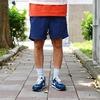 防潑水布料。 鬆緊腰頭+尼龍腰帶,調節幅度大,適合更多身型。 OUTDOOR感腰帶、釦頭。 膝上長度。 翻蓋式後口袋,讓水不易進入。