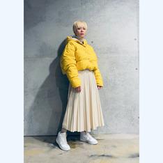 ZARA 的 米色皮革百褶裙
