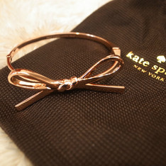 KATE SPADE 的 SKINNY MINI BOW BANGLE