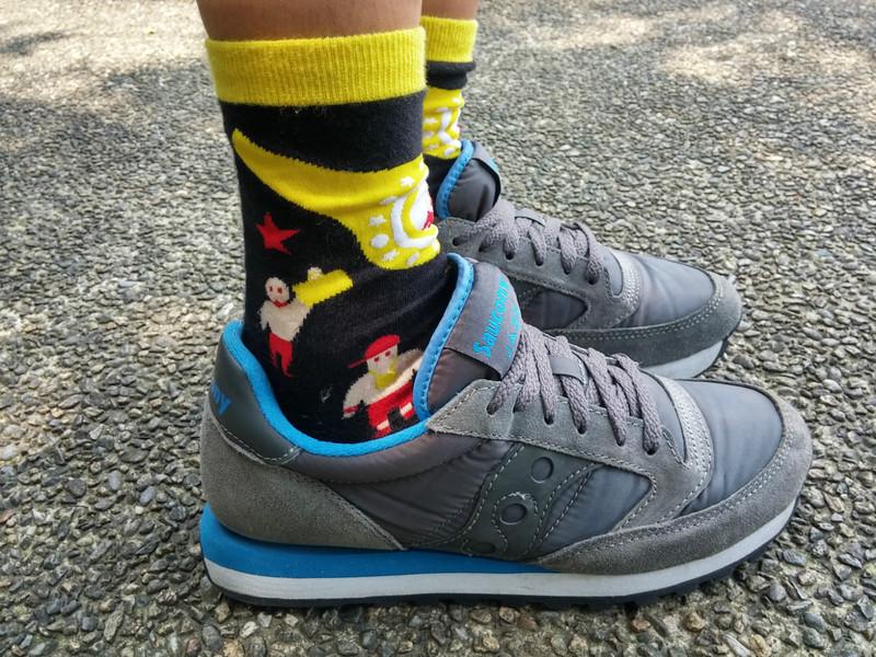SAUCONY 的 藍灰慢跑鞋
