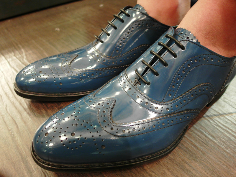 OASIS服飾 的 手工上色小牛皮真皮WHOLE-CUT雕花木跟綁帶牛津鞋
