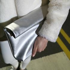LAZY CAT 的 銀色手拿包