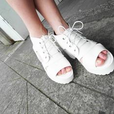 無品牌 的 白色厚底鞋