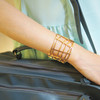 CALVIN KLEIN 的 CK網狀簍空設計手環