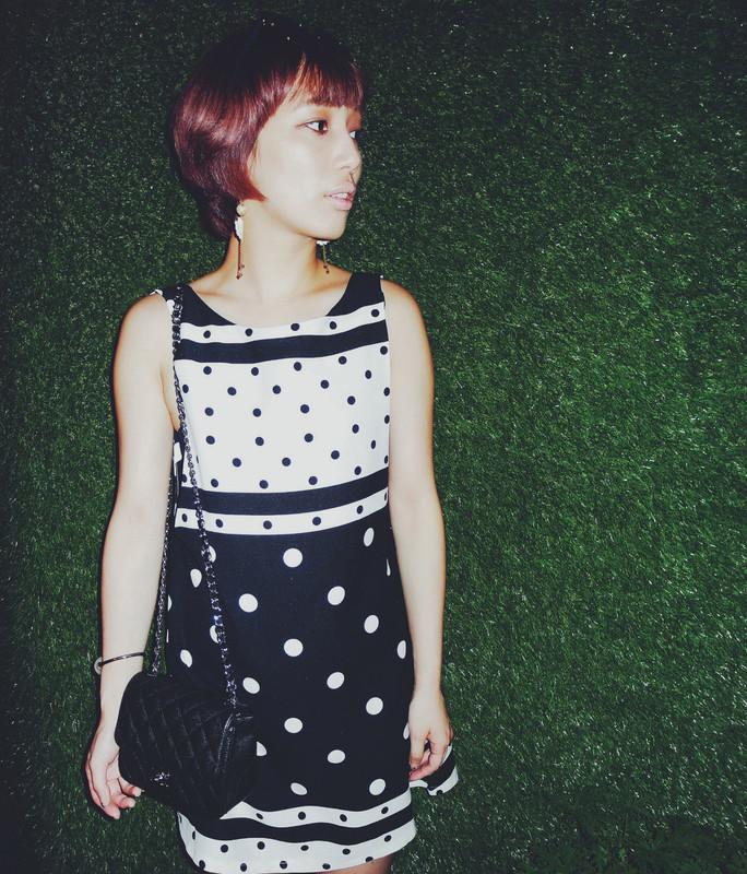 KOREA 的 大挖背點點洋裝正面