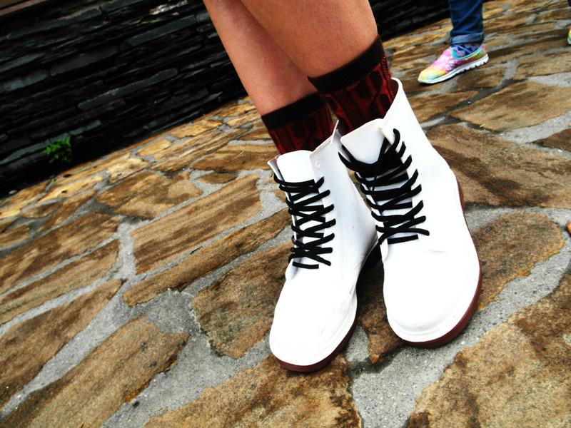 無品牌 的 白色馬汀鞋/民族風襪