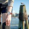 手錶上的時間指的是六點四十五分,懷念夏季到晚上六七點還是像白天一樣的大好天色。可以在這裡買Daniel Wellington玫瑰金指針款手錶:http://bit.ly/1rdfAUR