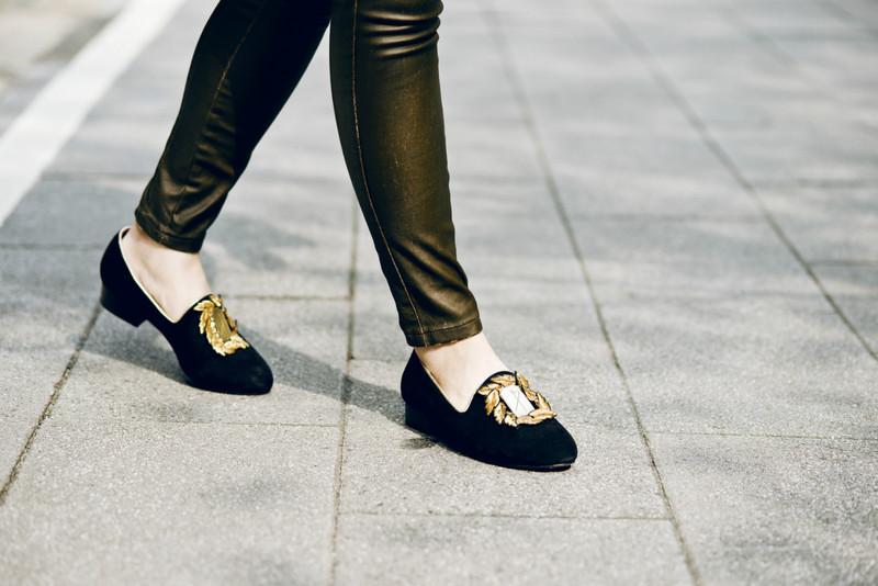 ELLE SHOPPING 的 [黑麂皮]LAURUS刺繡金屬鞋